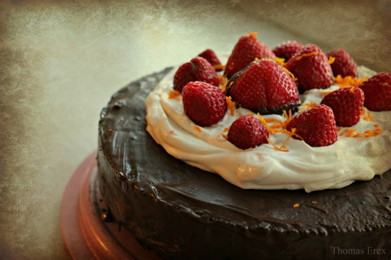 Vegansk chokoladekage med kokosfyld og jordbær