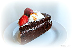 Chokoladekage med kokosfyld og jordbær