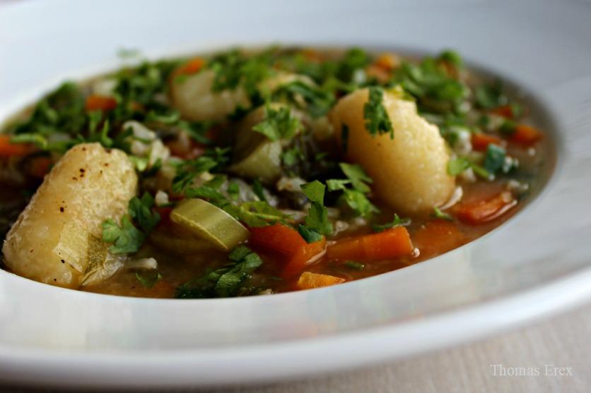Suppe af rester med blomkålblade