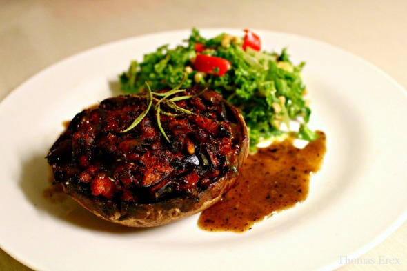 Veganske fyldte portobello-svampe med grønkåls-/speltkernesalat