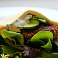 Brug bøfferne til pita med salat og dressing. Dressingen her er lavet af sojayoghurt, persille, citronsaft og salt. Helt enkelt.