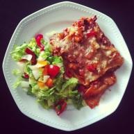 """Den her lasagne blev lavet med sojagranulat i tomatsauce og en """"oste""""sauce med gærflager. Den er meget tæt på Lunas lækre opskrift: http://hijaluna.wordpress.com/2011/04/29/vegansk-lasagne/"""