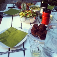 Det er rart at kunne spise ude. Her får vi linsebøffer, kartoffelsalat med avocado og en grøn salat. https://thomaserex.wordpress.com/2012/08/15/kartoffelsalat-med-avocado/