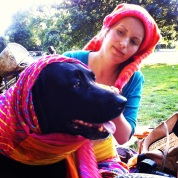 Vi var et par stykker, der mødtes i Rådhusparken i Aarhus for at spise sammen. Her leger Luna og den søde hund, Perle, med farverige tørklæder. Er de ikke fine? :D