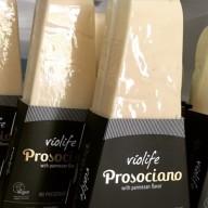Vegansk parmesanost fra Violife kan købes i SuperBrugsen og Kvickly.