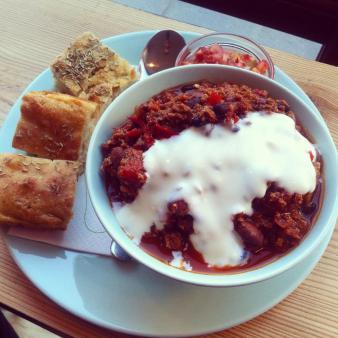 Chili'n med sojayoghurt og brød.