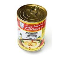 Hummus kan købes færdiglavet på dåse i alt fra Netto og Rema 1000 til Føtex og Kvickly. Der er ikke imponerende gode overhovedet, men det er let. Hvis du har en stavblender, kan du evt. købe to dåser kikærter i stedet og lave din egen hummus.