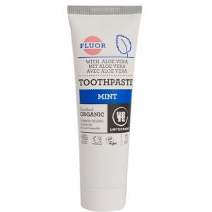 Tandpasta med mint. Kan købes i fx Irma og SuperBrugsen.