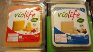 Violife ost er noget af det lækreste i Danmark. Det kan købes i SuperBugsen og Kvickly til omkring 30 kr. per styk.