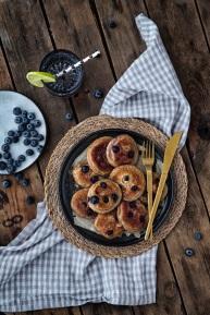 Minipandekager med dadler og blåbær.