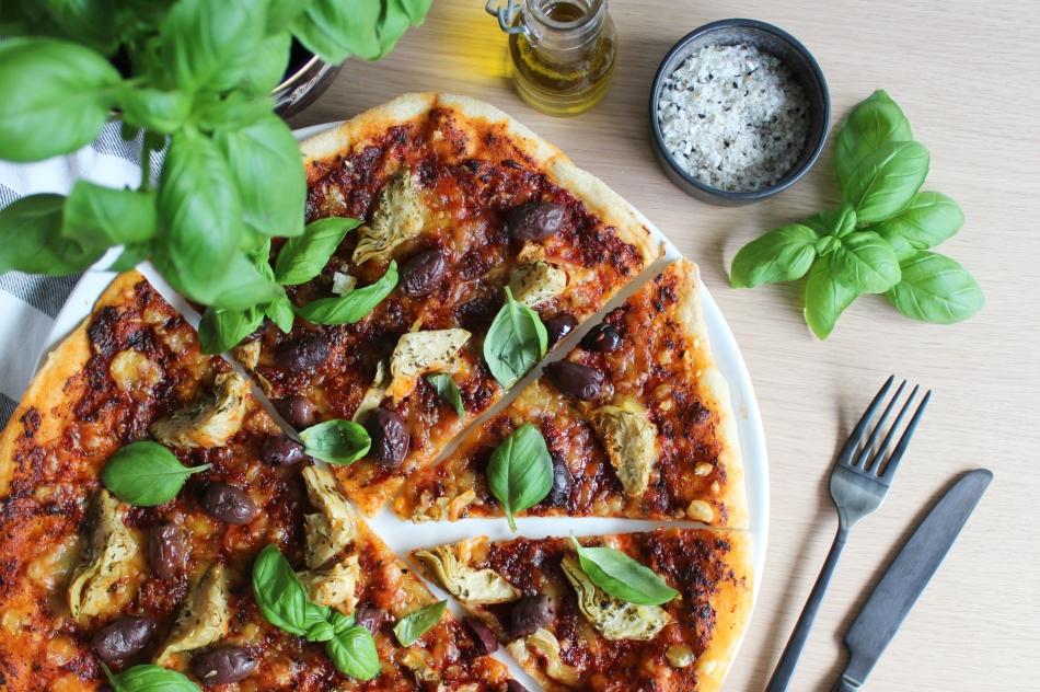 Pizza med artiskok og oliven